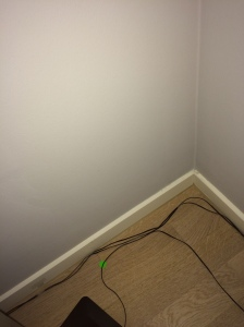 Ecke im Wohnzimmer (viele Meter vom Bad entfernt)  - November 2014: Eindeutiger Schimmelherd, aber nach außen nichts zu sehen.